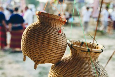 ข่อง ที่แปลว่า ภาชนะอย่างหนึ่งที่ใช้ใส่ปลา เวลาไปหาปลา ในภาษาไทยอาจเรียกว่า ข้อง