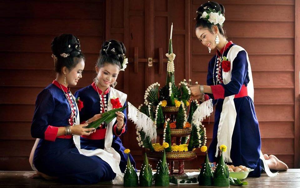 สาวนักฟ้อนเรณูนคร จัดขันหมากเบง, สาวนักฟ้อน, สาวเรณูนคร, ชุดภูไท, สาวภูไท, ชุดไทยอีสาน, ขันหมากเบง, วัฒนธรรมประเพณีไทยอีสาน