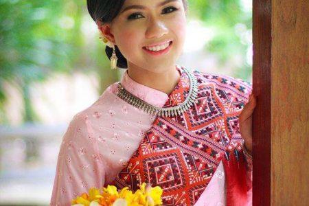 สาวภูไท ชุดชมพูสไบแพรวาสีแดง, สาวภูไท, เสื้อสีชมพู, สไบสีแดง, สไบแพรวา, สไบแพรวาสีแดง, ผ้าซิ่น, นุ่งผ้าซิ่น, ชุดไทยอีสาน, สาวสร้อย