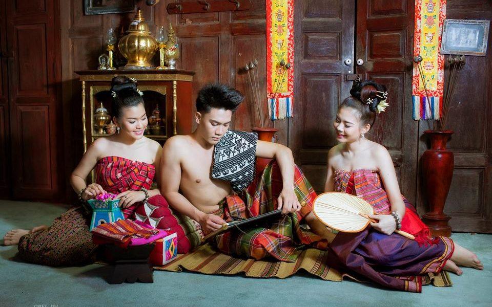 ชุดไทยอีสาน, พ่อเจ้าเมียงเฮียนหนังสือ, เฮียน, หนังสือ, นุ่งโสร่ง, โสร่ง, นุ่งผ้าซิ่น, พ่อเจ้าเมียง, พ่อเจ้าเมือง