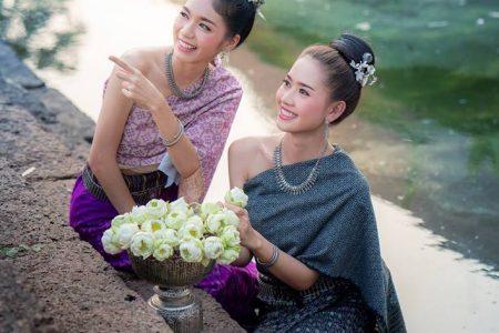 ฮดสรงบูชาอโรคยาปรางค์กู่ , ฮดสรง, บูชา, อโรคยา, ปรางค์กู่, ชุดไทยอีสาน, เครื่องแต่งกายไทยอีสาน, วัฒนธรรมประเพณีอีสาน, อีสาน, ผู้สาว, สาว, หญิงสาว, ผ้าซิ่น, นุ่งผ้าซิ่น, ดอกบัว, สระน้ำ, ลานคำดีไซน์