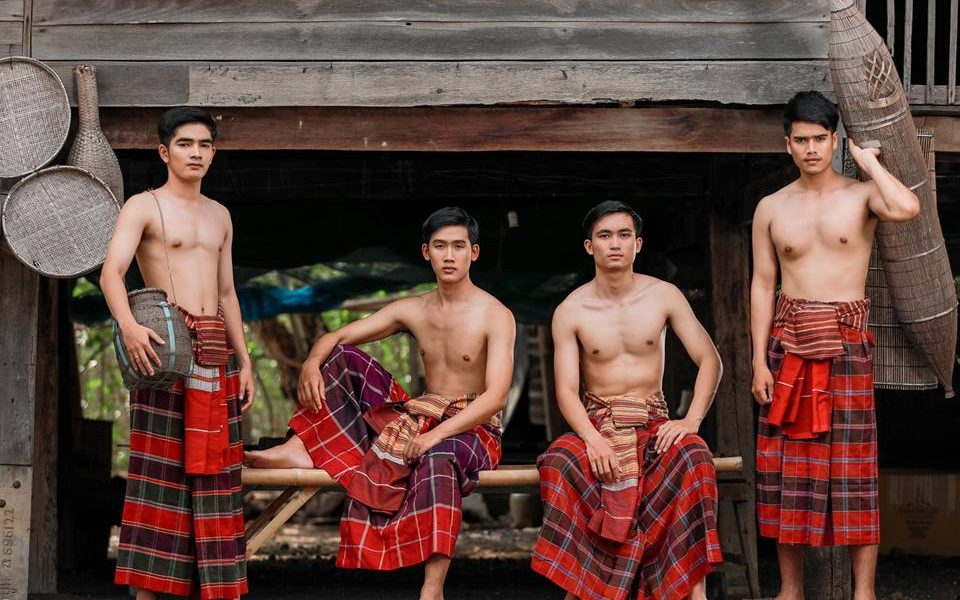 บ่าวไทบ้าน นุ่งโสร่ง, ผู้บ่าว, บ่าวไทบ้าน, นุ่งโสร่ง, โสร่ง, ผู้ชายไทย, ผู้ชาย, ผู้ชายใส่โสร่ง, นุ่งโสร่ง, ข่อง, ไซ้, ไทยอีสาน, อีสาน, ผ้าขิด, ชุดไทยอีสาน, การแต่งกายไทยอีสาน,