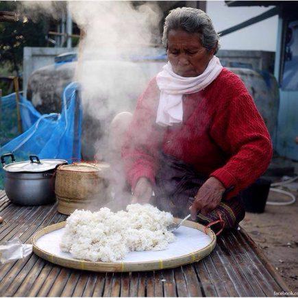 หนาว, หน้าหนาว, ซายข้าว, ตอนเช้า, ควัน, ไอน้ำ, แม่ใหญ่, ยาย, คุณยาย, ข้าว, ข้าวเหนียว, อาหาร, แนวกิน, Sticky rice, rice,