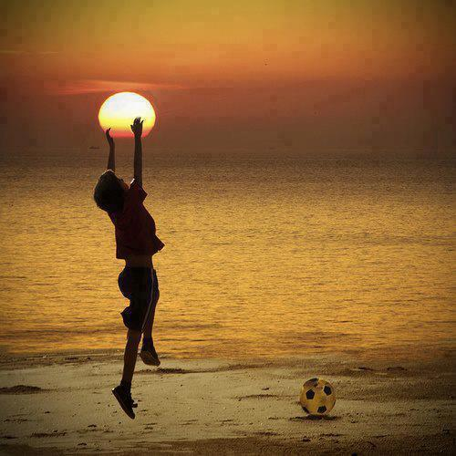 เก็บตะวัน, ตะวัน, ตะเว็น, ดวงตะวัน, เด็กน้อย, เอื้อม, คว้า, ไขว่ขว้า, พลบค่ำ, ย่ำค่ำ, ตะวันใกล้จะลับฟ้า, ท้องฟ้าสีเหลือง, ฟุตบอล, เล่นบอลชายหาด, ชายหาด, ทะเล, ผญา, ความฮ้อน, ความร้อน, ตู้เย็น, แอร์,