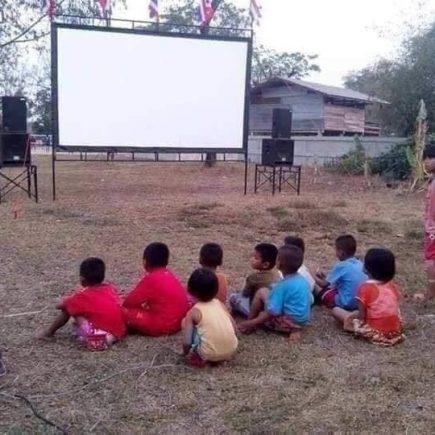 หนังขายยา, หนังกลางแปลง, หนัง, เบิ่งหนัง, เด็กน้อย, เด็ก, ดูหนัง, movie, อิสาน, อิสานบ้านเฮา, ตามฮอยอีสาน,