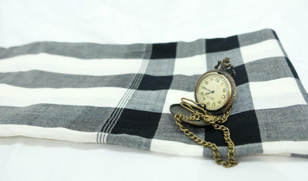 นาฬิกากับผ้าขาวม้า, นาฬิกา, ผ้าขาวม้า, ผ้าขาวม้าตราหมากลุก, ผ้าข้าวม้าขาวดำ, ขาวดำ, ผ้า, ผ้าฆะม้า, ผ้าด้าม, ผ้าแพร, ผ้าฝ้าย, ผ้าขาาม้าฝ้าย, นาฬิกาพกพา, นาฬิการูปฮ่องเต้, clock, watch, timepiece, o'clock,